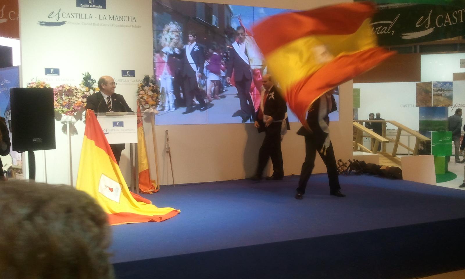 Demostración dunha procesión e baile nalgún lugar de Castilla la Mancha.